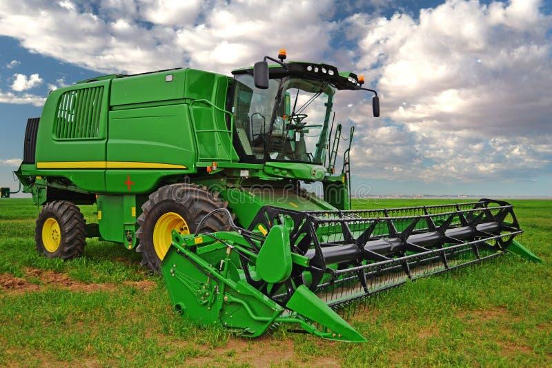 Cosechadora verde en zona agrícola fotografía de archivo libre de regalías