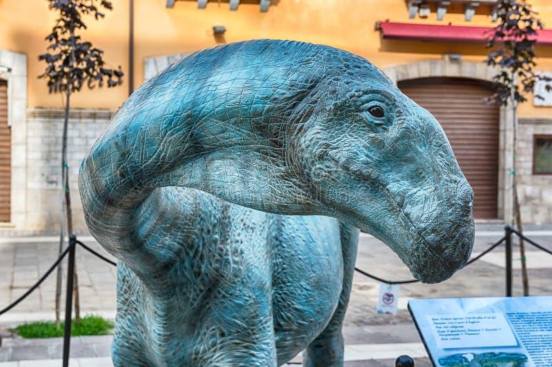 Δεινόσαυρος που χαρακτηρίζεται σε μια έκθεση που πραγματοποιείται σε Cosenza, Ιταλία στοκ εικόνες