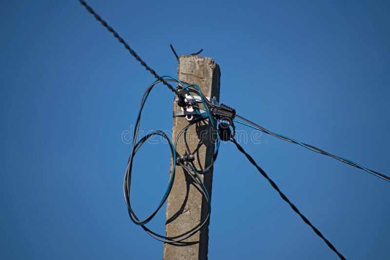 Coseup av den gamla elektricitetspolen, tråd, cctv Elektricitetsmaktpol En convoluted röra av tråd- och kabelröra arkivfoton