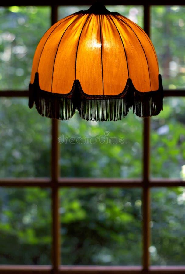 Cosiness de una cortina de lámpara vieja fotografía de archivo