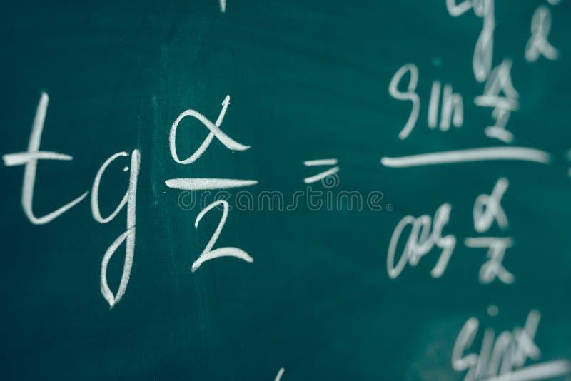 Cosinus van de raaklijn alpha- sinus Trigonometrische die formule op de raad wordt geschreven royalty-vrije stock afbeelding