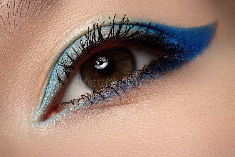 Cosmético & cara. Macro da composição dos olhos azuis fotos de stock