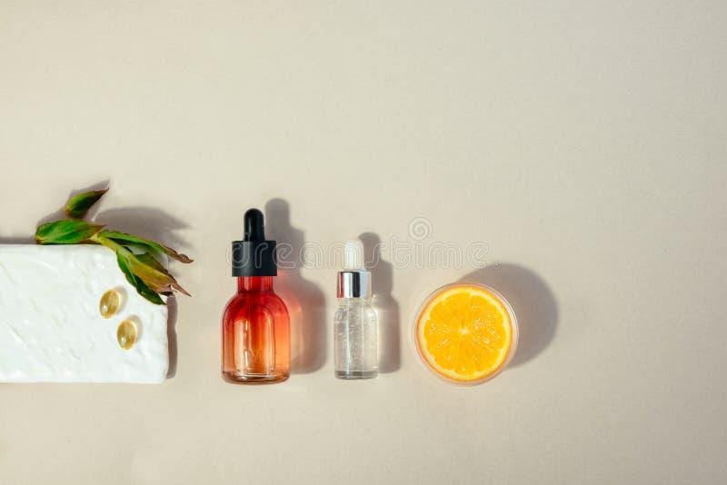 Cosmético natural com vitamina C Conceito dos cuidados m?dicos da beleza da pele Bio produto org?nico Configura??o lisa fotografia de stock