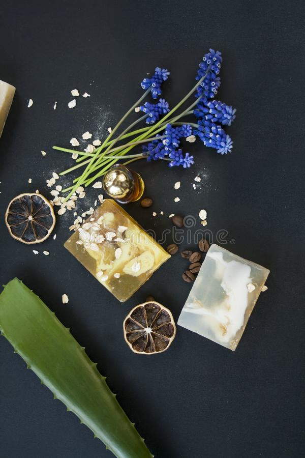 Cosmético orgánico Cosméticos y crema de la hierba de los componentes Jabón hecho a mano con la harina de avena, el aceite esenci foto de archivo