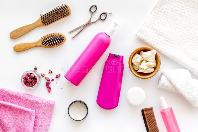 Cosmético para o tratamento do cabelo com champô, condicionador, denominando, pente, óleo de coco na opinião superior do fundo br imagens de stock royalty free
