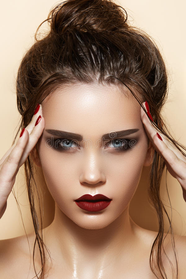 Cosméticos & composição. Modelo 'sexy' com cabelo da forma foto de stock