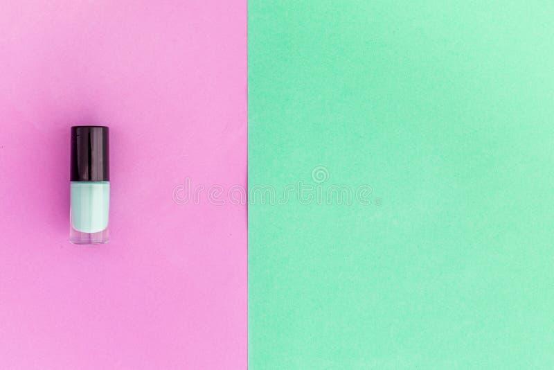 Cosméticos Coloridos En Fondo Colorido Acuñe El Esmalte De Uñas En ...