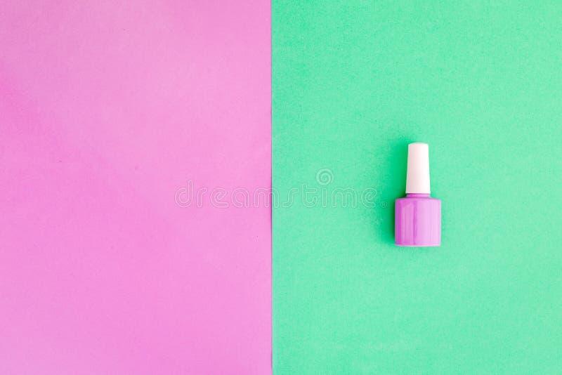 Cosméticos Coloridos En Fondo Colorido Esmalte De Uñas Rosado En ...