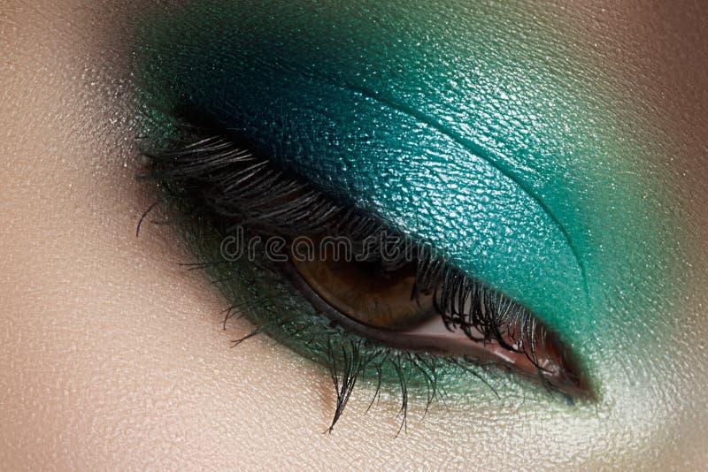 Cosméticos, composição do olho do close-up. Sombra da forma imagem de stock