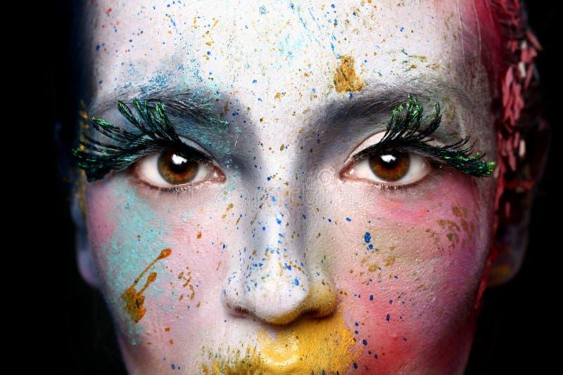 Cosméticos creativos en una mujer hermosa fotografía de archivo libre de regalías