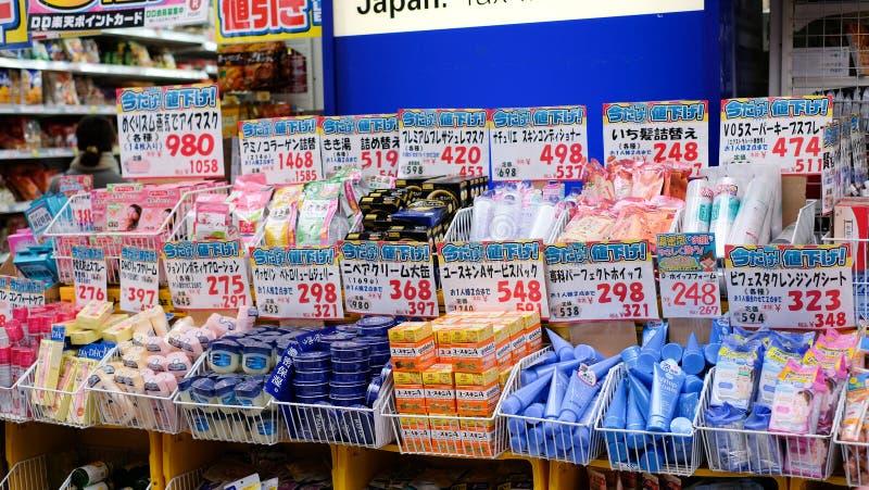 Cosméticos de Japón en el estante para la venta imagenes de archivo
