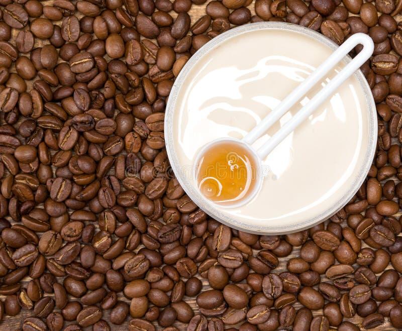 cosméticos de las Anti-celulitis con cafeína foto de archivo libre de regalías