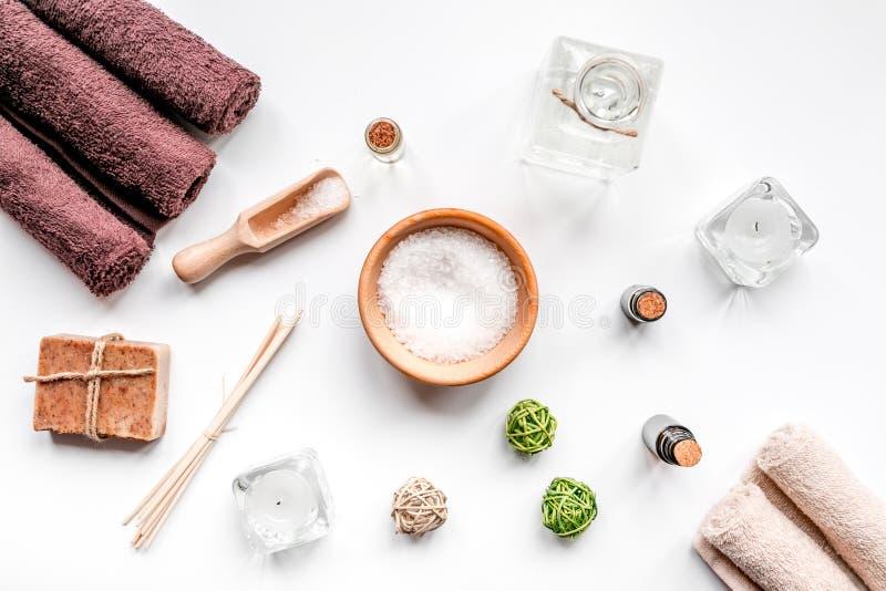 Cosméticos del balneario con el jabón, sal, aceite en la opinión superior del fondo blanco imagen de archivo libre de regalías