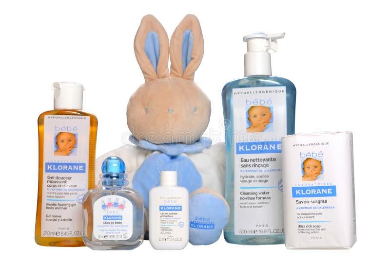 Cosméticos do bebê isolados no branco Cosméticos hypoallergenic naturais de um grupo para o infante - Bebe Klorane foto de stock