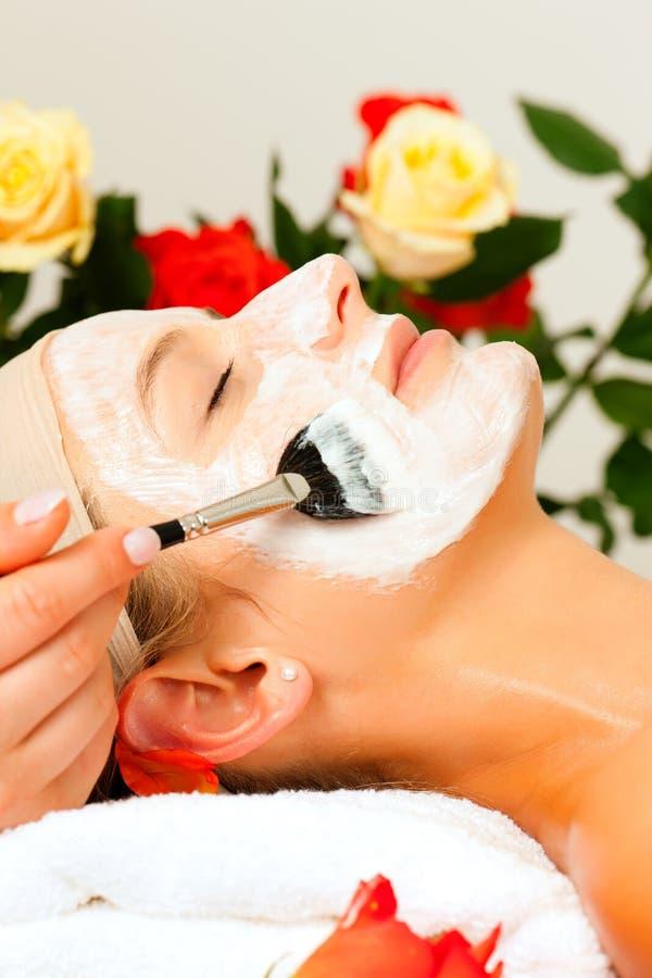 Cosméticos e beleza - aplicando a máscara facial foto de stock royalty free