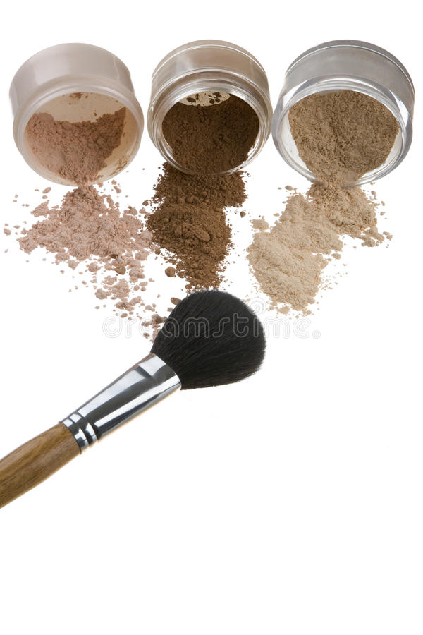 Cosméticos e escovas para uma composição imagem de stock