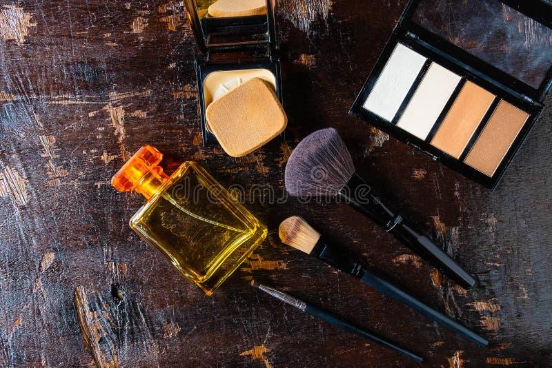 Cosméticos e garrafas de perfume para a mulher imagens de stock royalty free