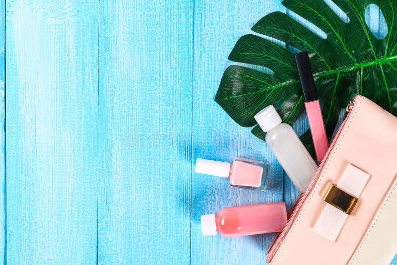 Cosméticos em um saco cosmético cor-de-rosa Brilho do bordo, creme, verniz para as unhas, produtos dos cuidados com a pele em uma fotografia de stock royalty free