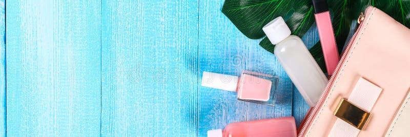 Cosméticos em um saco cosmético cor-de-rosa Brilho do bordo, creme, verniz para as unhas, produtos dos cuidados com a pele em uma foto de stock royalty free