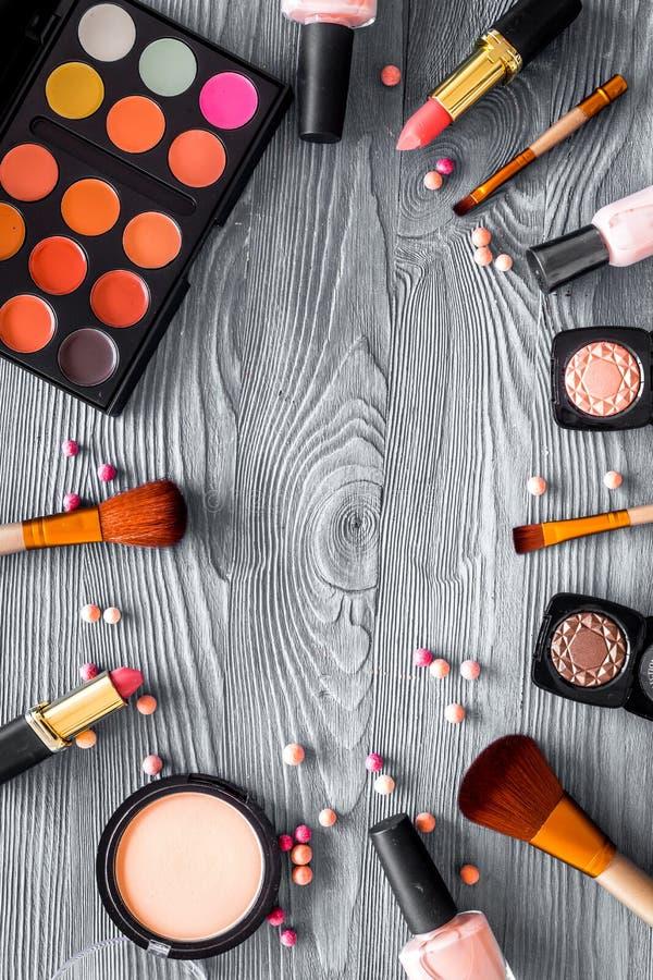 Cosméticos fijados con para arriba beige y desnudos los tonos para el maquillaje natural en mofa de madera gris de la opinión sup fotografía de archivo