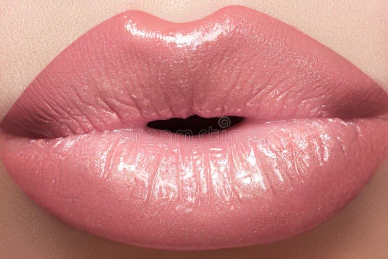 Cosméticos, maquillaje del lustre. Beso macro de los labios de la manera foto de archivo
