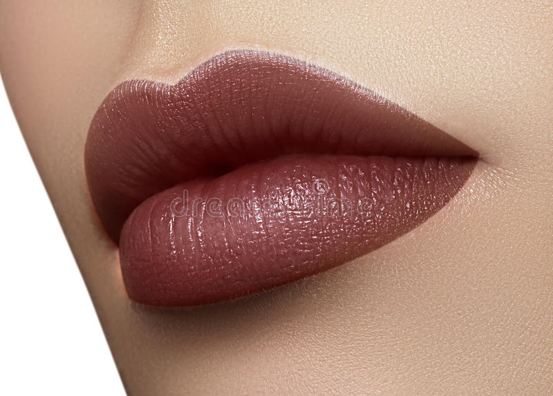 Cosméticos, maquillaje Lápiz labial oscuro de la moda en los labios Boca femenina hermosa del primer con maquillaje atractivo del fotografía de archivo libre de regalías