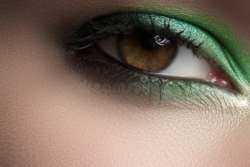 Cosméticos, maquillaje macro del ojo. Sombras de la menta de la manera fotos de archivo libres de regalías