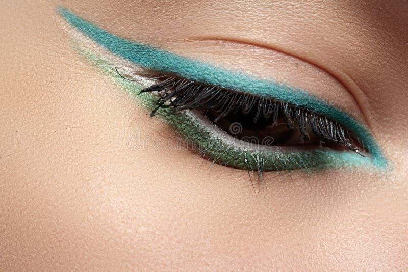 Cosméticos, maquillaje macro del ojo. Sombreadores de ojos del trazador de líneas de la menta de la moda imágenes de archivo libres de regalías