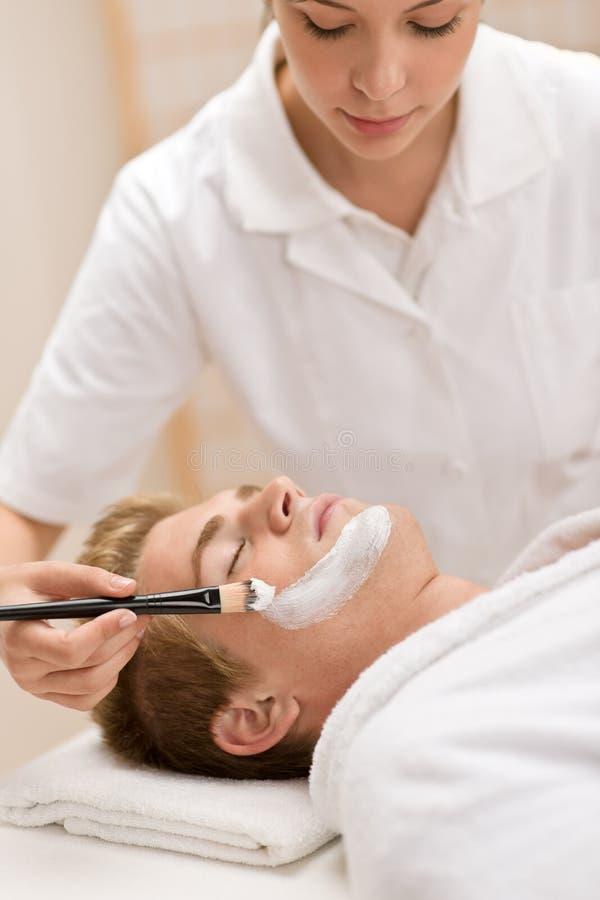 Cosméticos masculinos - máscara facial en salón foto de archivo
