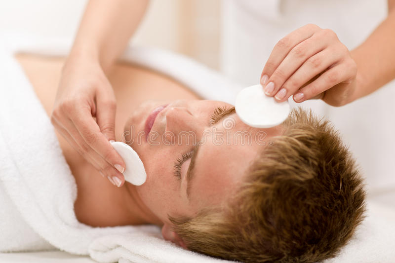 Cosméticos masculinos - tratamento da face da limpeza fotos de stock