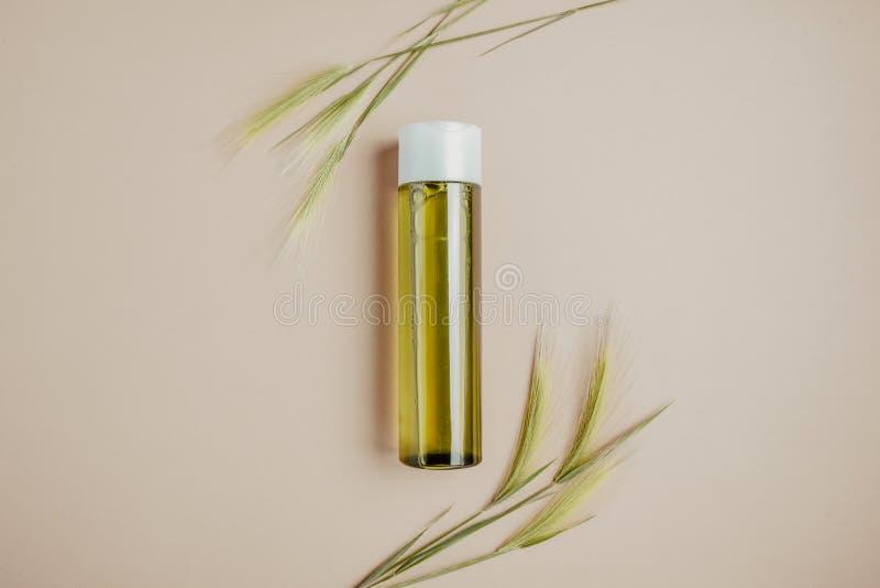 Cosméticos naturais, soro para o cabelo e cuidados com a pele O conceito de cosméticos orgânicos, naturais Configuração lisa, min fotos de stock royalty free