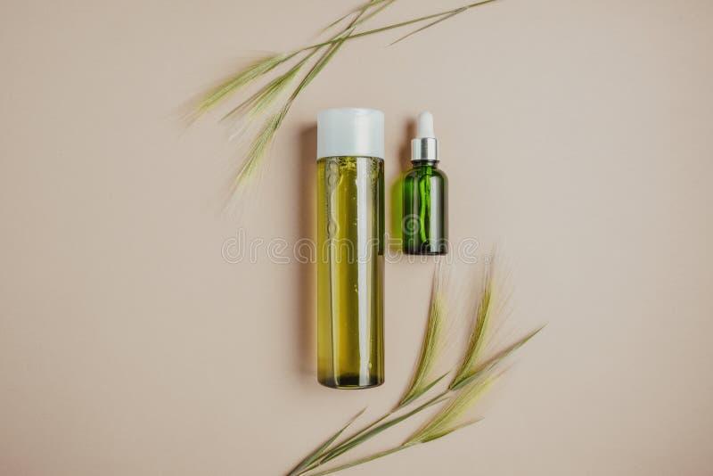 Cosméticos naturais, soro para o cabelo e cuidados com a pele O conceito de cosméticos orgânicos, naturais Configuração lisa, min foto de stock