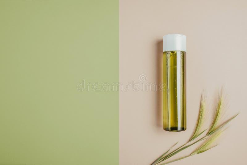 Cosméticos naturais, soro para o cabelo e cuidados com a pele O conceito de cosméticos orgânicos, naturais Configuração lisa, min fotografia de stock royalty free