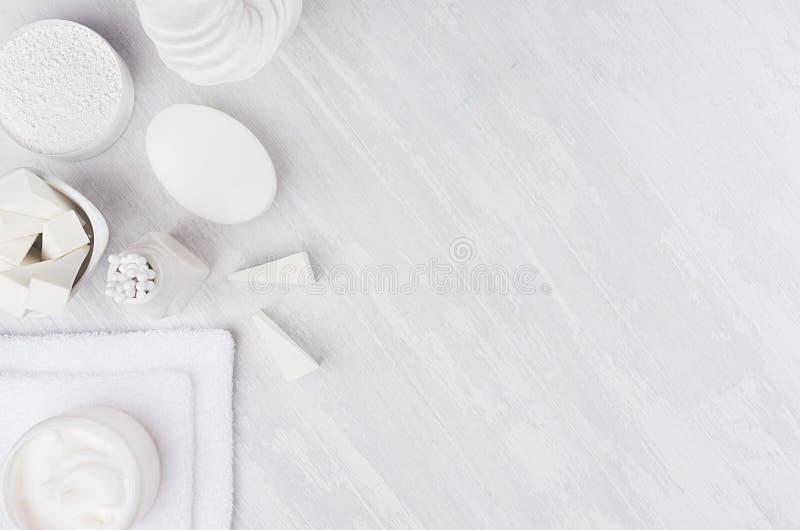 Cosméticos naturales blancos frescos - accesorios blancos de la crema, del jabón, de la sal, de la toalla y del baño en la tabla  imagen de archivo