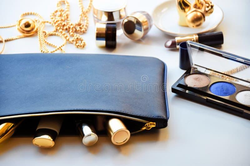 Cosméticos no ouro e no azul foto de stock royalty free