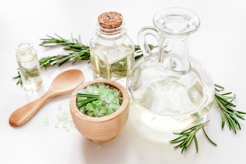 Cosméticos orgánicos con los extractos de romero de las hierbas en el fondo blanco fotografía de archivo