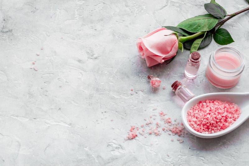 Cosméticos orgánicos naturales con aceite color de rosa Crema, loción, sal del balneario en el copyspace blanco del fondo fotos de archivo