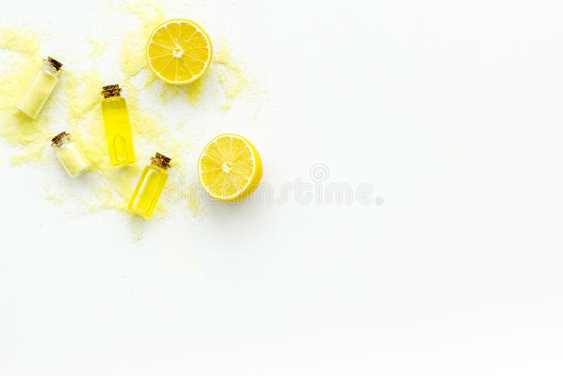 Cosméticos orgánicos naturales con el limón Aceite de limón o loción, sal del balneario en pequeñas botellas en la copia blanca d imágenes de archivo libres de regalías
