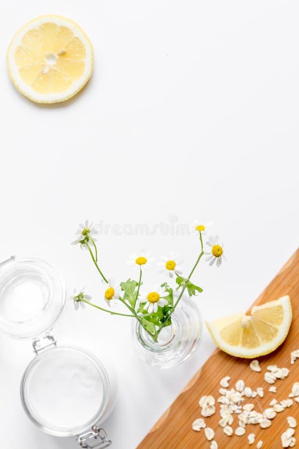 Cosméticos orgánicos naturales para el bebé en la opinión superior del fondo blanco fotos de archivo