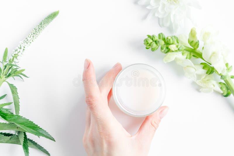 Cosméticos orgánicos naturales para el bebé en la opinión superior del fondo blanco imagenes de archivo