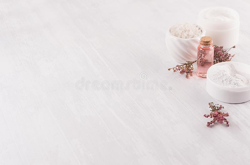 Cosméticos orgânicos luxuosos dos termas do corpo e dos cuidados com a pele como a beira decorativa no fundo de madeira branco imagem de stock