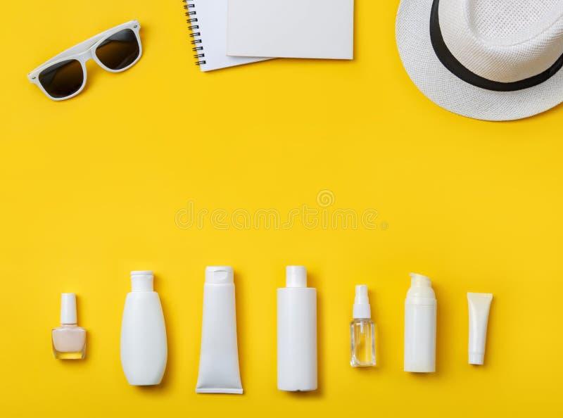 Cosméticos, Panamá y gafas de sol del cuidado de piel del verano en amarillo imagen de archivo libre de regalías