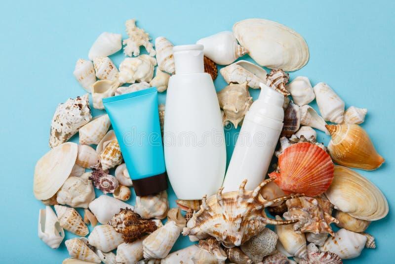 Cosméticos, Panamá y gafas de sol del cuidado de piel del verano en fondo azul fotografía de archivo libre de regalías