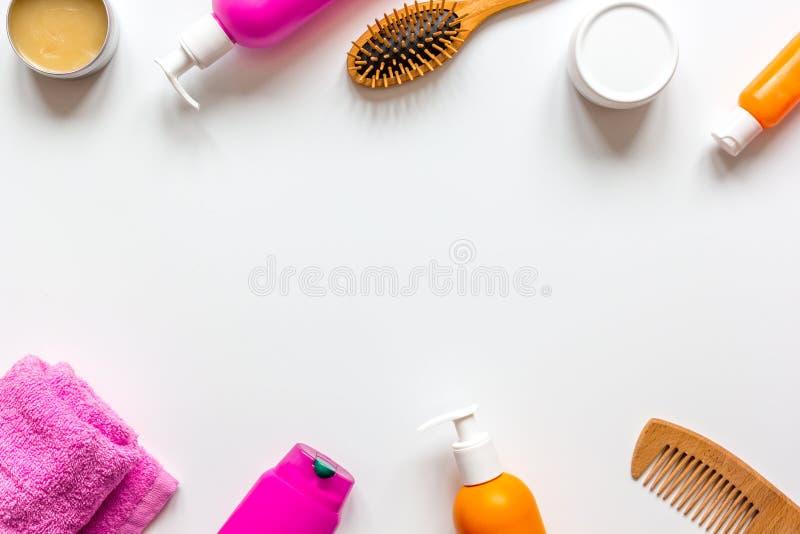 Cosméticos para el haircare de las mujeres en la opinión superior del fondo blanco de la botella fotos de archivo libres de regalías