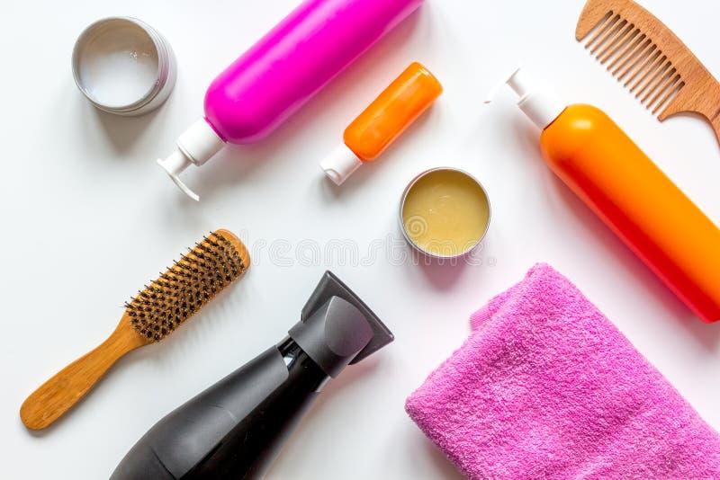 Cosméticos para el haircare de las mujeres en la opinión superior del fondo blanco de la botella foto de archivo