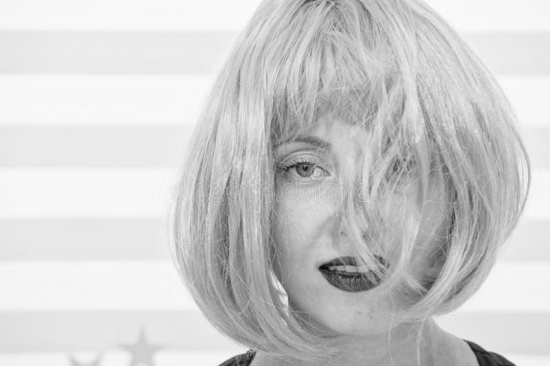 Cosméticos para o cuidado e o renascimento A peruca do gengibre vermelho da senhora e compõe perto acima Salão de beleza do profi fotografia de stock