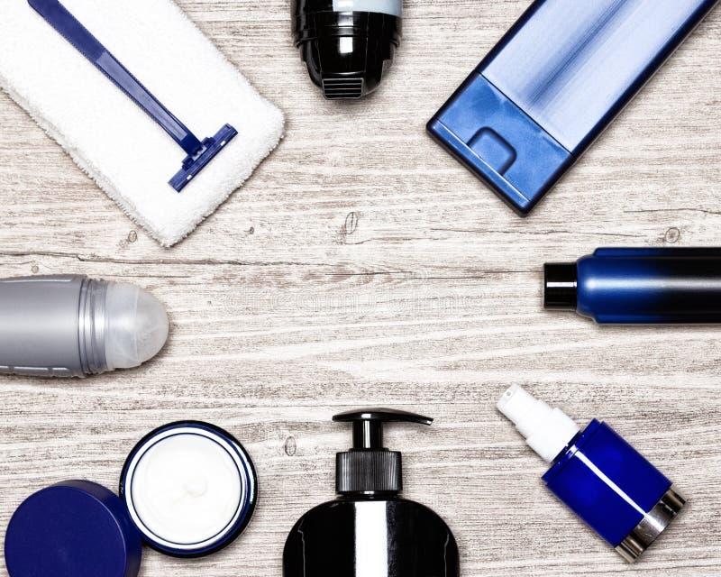 Cosméticos para o quadro flatlay dos homens Produtos cosméticos da vária preparação masculina no fundo de madeira whitewashed gas fotografia de stock royalty free
