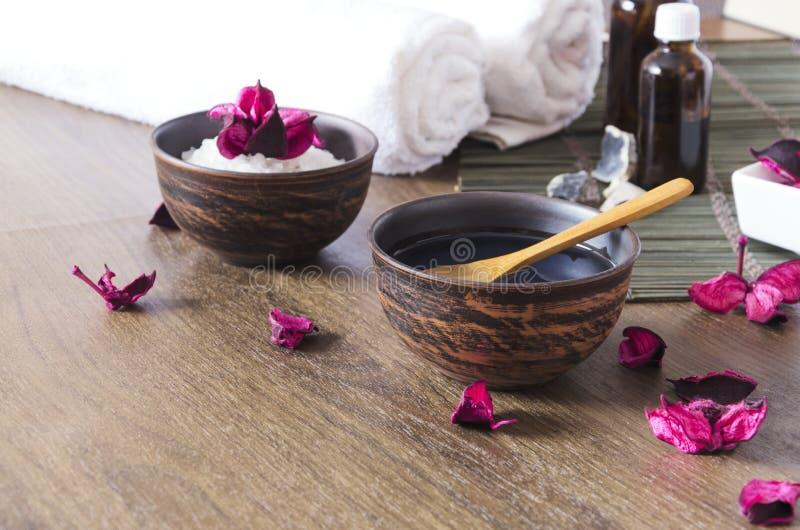 Cosméticos para a sessão da massagem no salão de beleza dos termas A hora para relaxam e os procedimentos da beleza imagens de stock