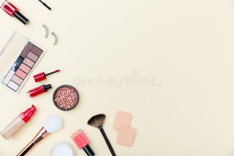 Cosméticos, productos de maquillaje y cepillos decorativos en fondo rosa claro fotografía de archivo libre de regalías