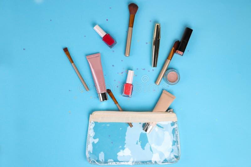 Cosméticos profesionales del maquillaje en fondo azul Visi?n superior con el espacio de la copia fotos de archivo libres de regalías